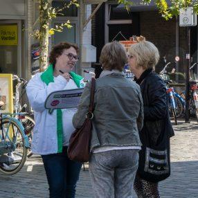 Mariëlle in gesprek met mensen in het centrum